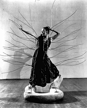 Martha graham in %22 cave of the heeart %22 de noguchi.jpg